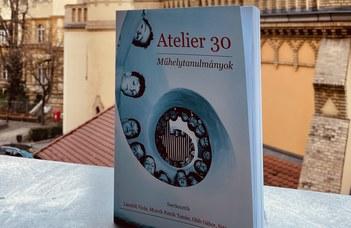 A hallgatóitól kapott születésnapi köszöntőkötetet az Atelier